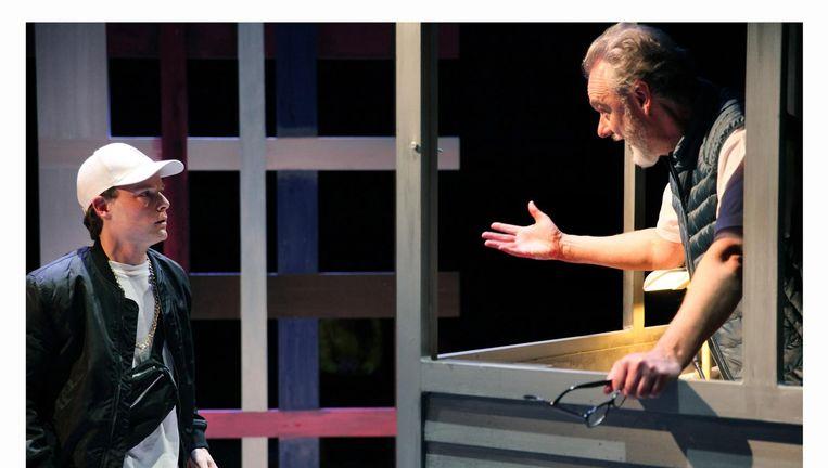 Leerling Bram (Kaspar Schellingerhout) en conciërge Otto (Stefan de Walle) Beeld RV - Sanne Peper