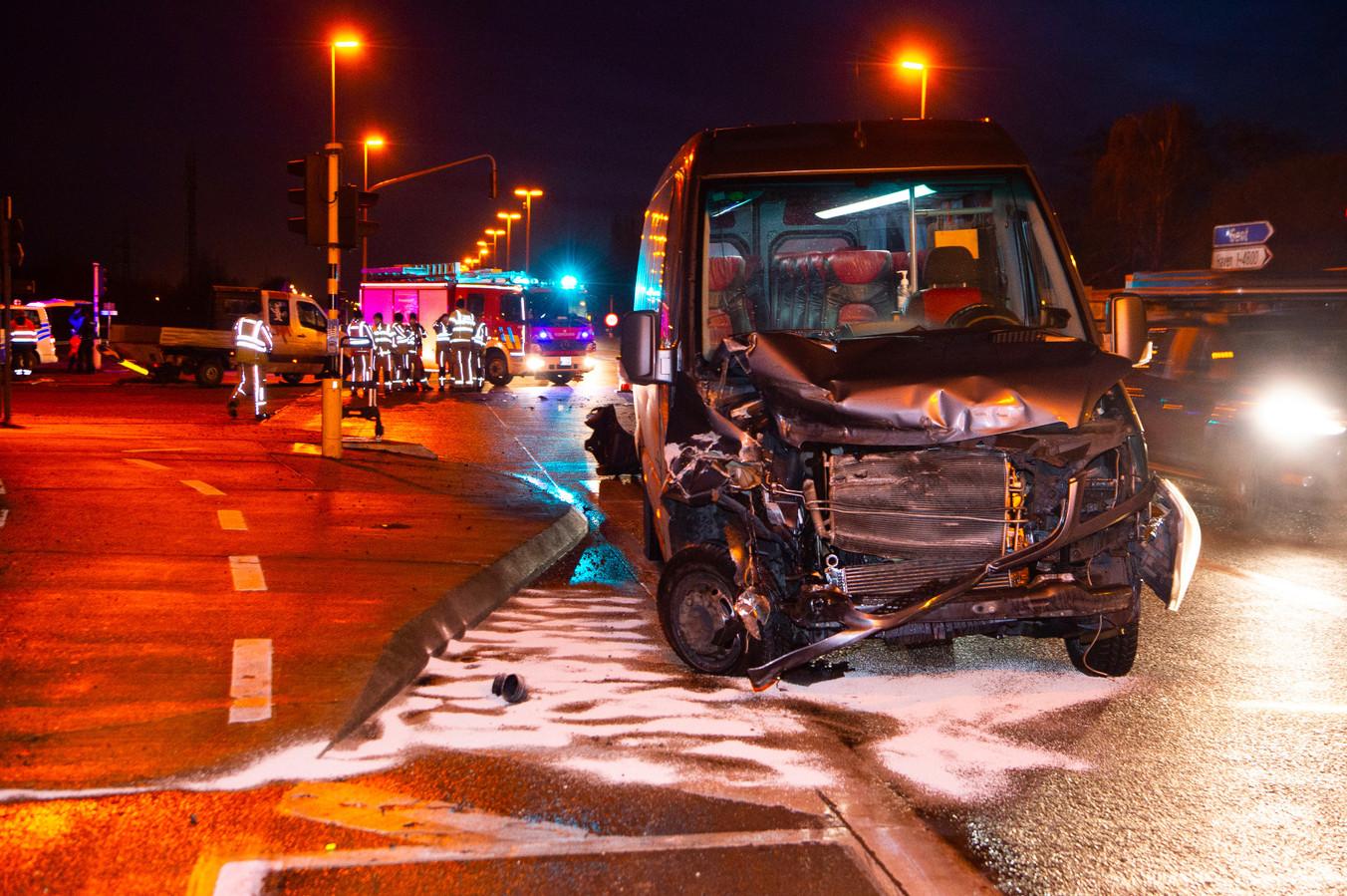 Op de R4 in Sint-Kruis-Winkel botste een bus tegen een kleine vrachtwagen.