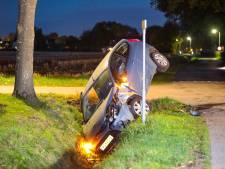 Auto belandt rechtop in sloot na ongeluk in Oene, bestuurder mogelijk onder invloed