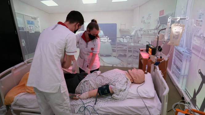 """Overdosis op feest, hartfalen in metro of op spoed… nieuwe simulatiekamer kan alles aan: """"Overlevingskans van patiënten verhoogt door studenten en hulpverleners intensief te laten trainen"""""""