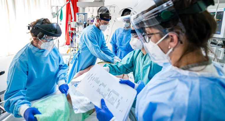 Verpleegkundigen en een arts draaien een covid-19 patiënt op zijn rug op de intensive care van het Catharina Ziekenhuis in Eindhoven. Beeld Rob Engelaar / Hollandse Hoogte