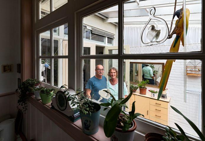 """Truus en René Walter in hun woning aan de Zeelsterstraat in Eindhoven: ,,Misschien is het toch een pomp die ergens staat, we weten het gewoon niet."""""""