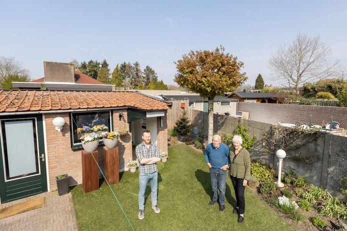 Geert Kennes, Ton en Ans Spijkers in de tuin. Achter hun tuin wordt een zeven meter hoge muur gebouwd.