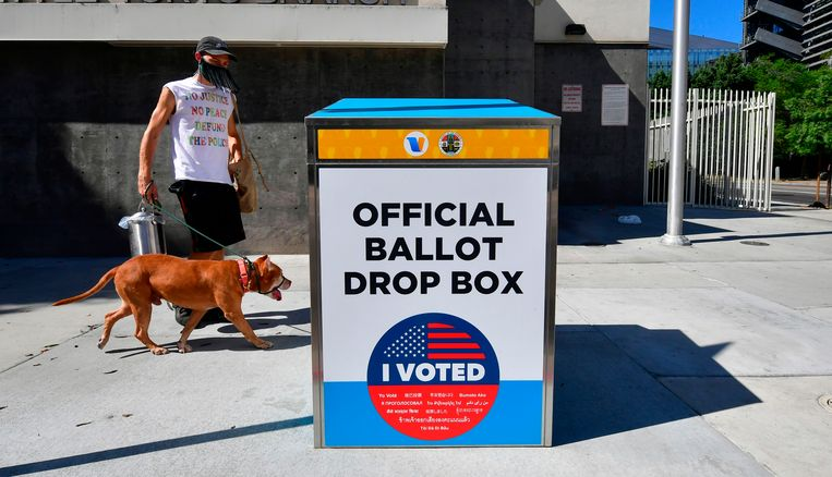 Een officiële stembus in Fresno, Californië. Beeld AFP