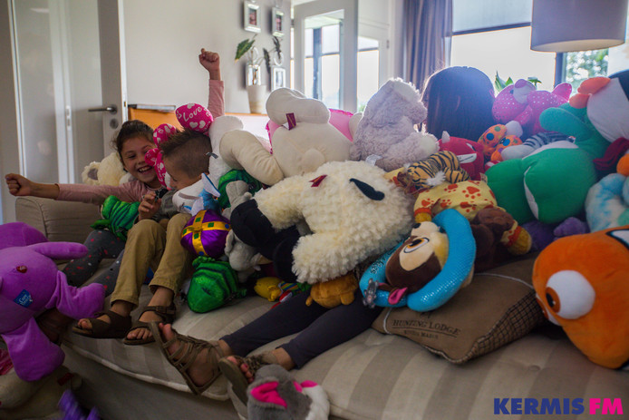 De kinderen werden overladen met knuffels.