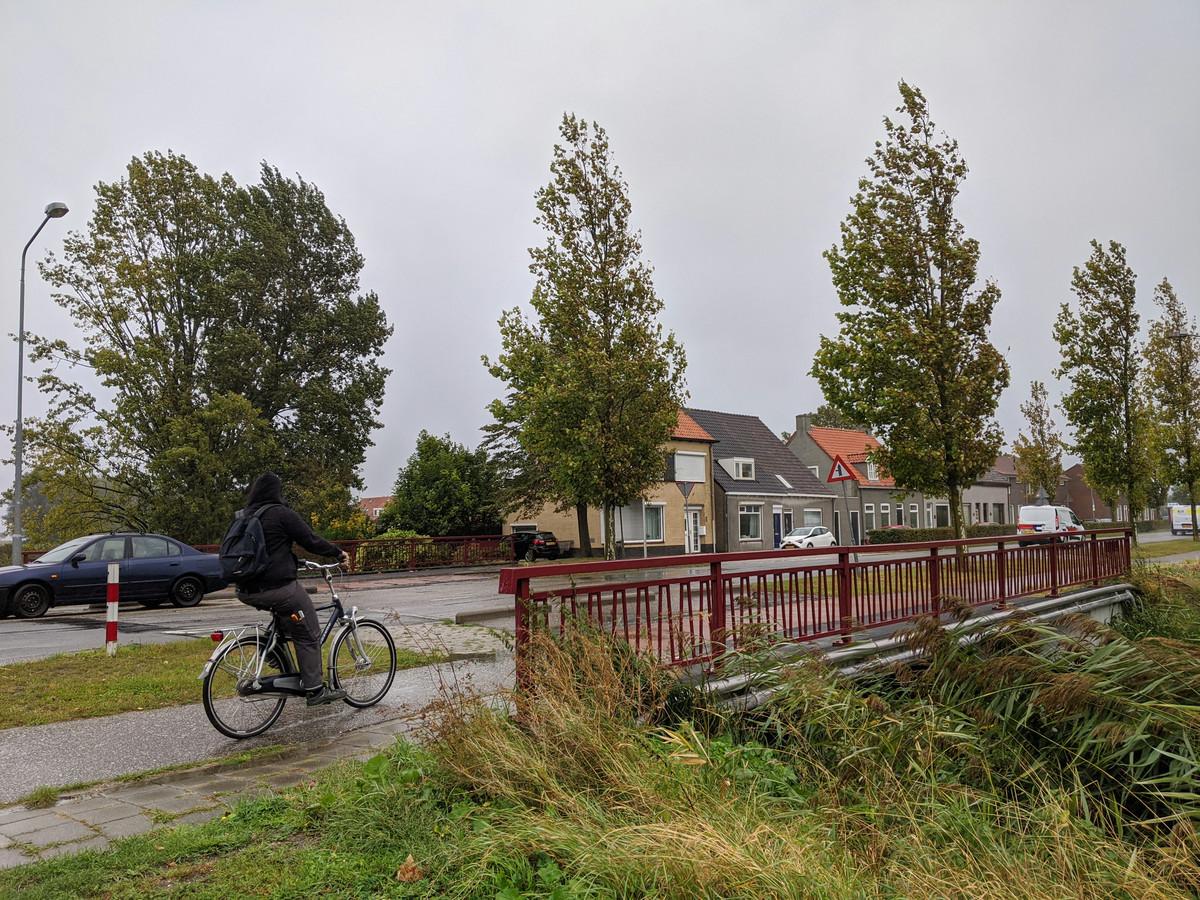 De Hazeldonkse Zandwegbrug in Zevenbergen, waar vrachtwagens - ondanks een verbod - toch gewoon over rijden.
