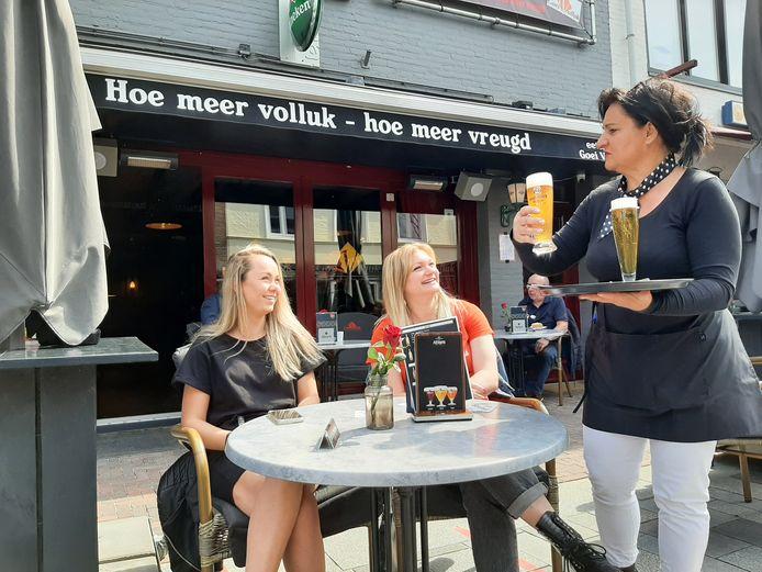 Kyra zit samen met Vronie op het terras in Cuijk. De meiden hebben speciaal vrij genomen om eindelijk weer te kunnen genieten van een vers getapt biertje.