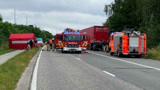 """Autobestuurder (44) overleeft zware klap tegen geparkeerde oplegger van vrachtwagen niet: """"Waarom mogen die daar toch blijven staan?"""""""