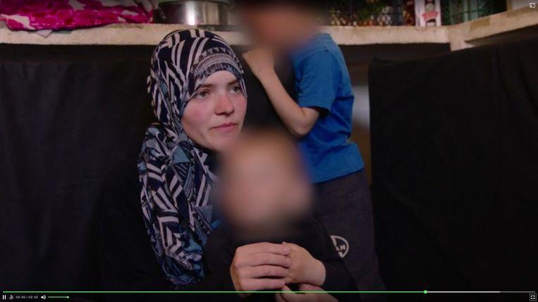 Tatiana Wielandt met een van haar kinderen (screenshot uit reportage Vranckx). Beeld VRT