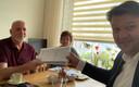 Barro Wijkmans (li) van het bewonerscomité Kalsdonk in Roosendaal geeft burgemeester Han van Midden een paar weken geleden handtekeningen van mensen die de overlast aan de Gastelseweg beu zijn.