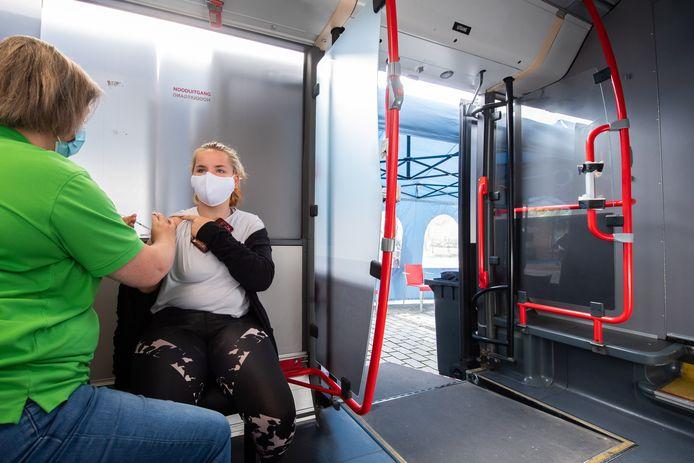 De GGD gaat met een bus langs plekken waar relatief weinig mensen zijn gevaccineerd, zoals recent in Raamsdonksveer.