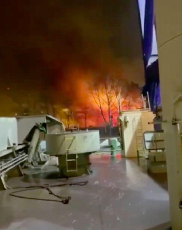 Door de explosie ontstond een brand vlakbij de hoogovens.