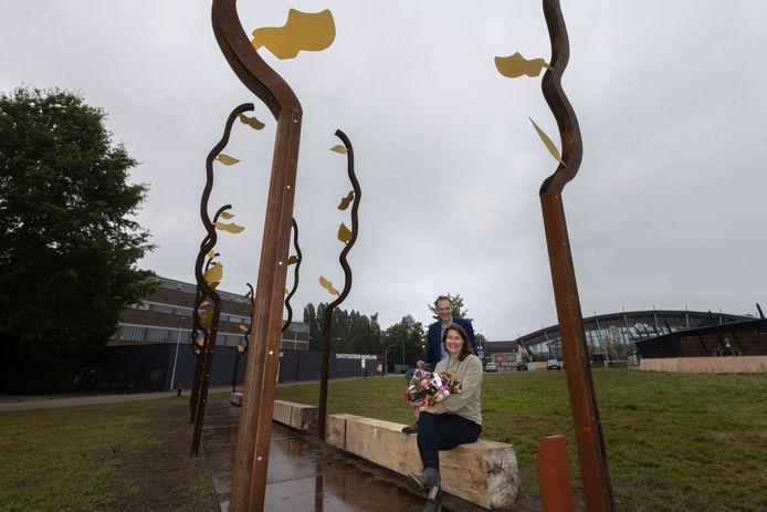 De overdracht van het kunstwerk 'Groen Goud' door de Eindhovense kunstenaar Juul Rameau aan wethouder Stan van der Heijden van de gemeente Best vond vrijdagochtend plaats.