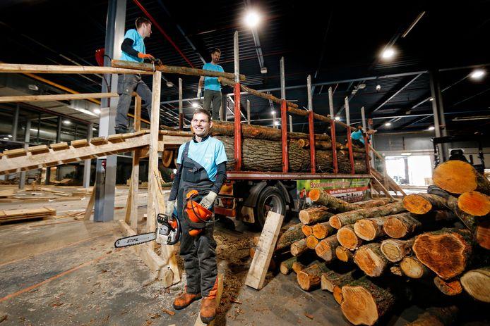Parcoursbouwer Patrick Jansen bezig met de opbouw van het indoor mtb-parkoers op Bike Motion in de Jaarbeurs.