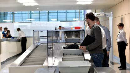 """Lange wachtrijen aan bagagescreening op Zaventem door actie bewakingsagenten: """"Kom op tijd naar luchthaven"""""""