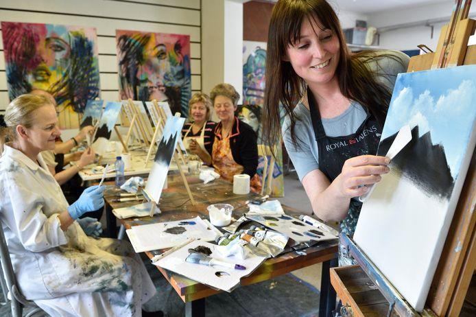 Verslaggeefster Morvenna Goudkade (links) leert te schilderen als Bob Ross door kunstenares Femke Kock.