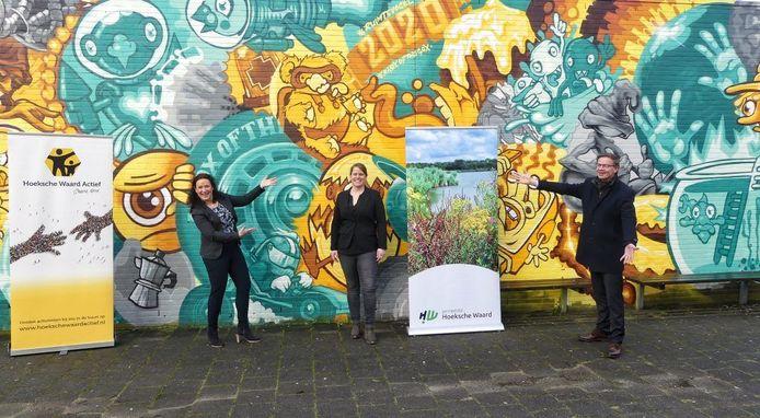 Vlnr: Leanne Dirksen (directeur Hoeksche Waard Actief), Kim Zuidema (cultuurcoach), Harry van Waveren (wethouder Cultuur).