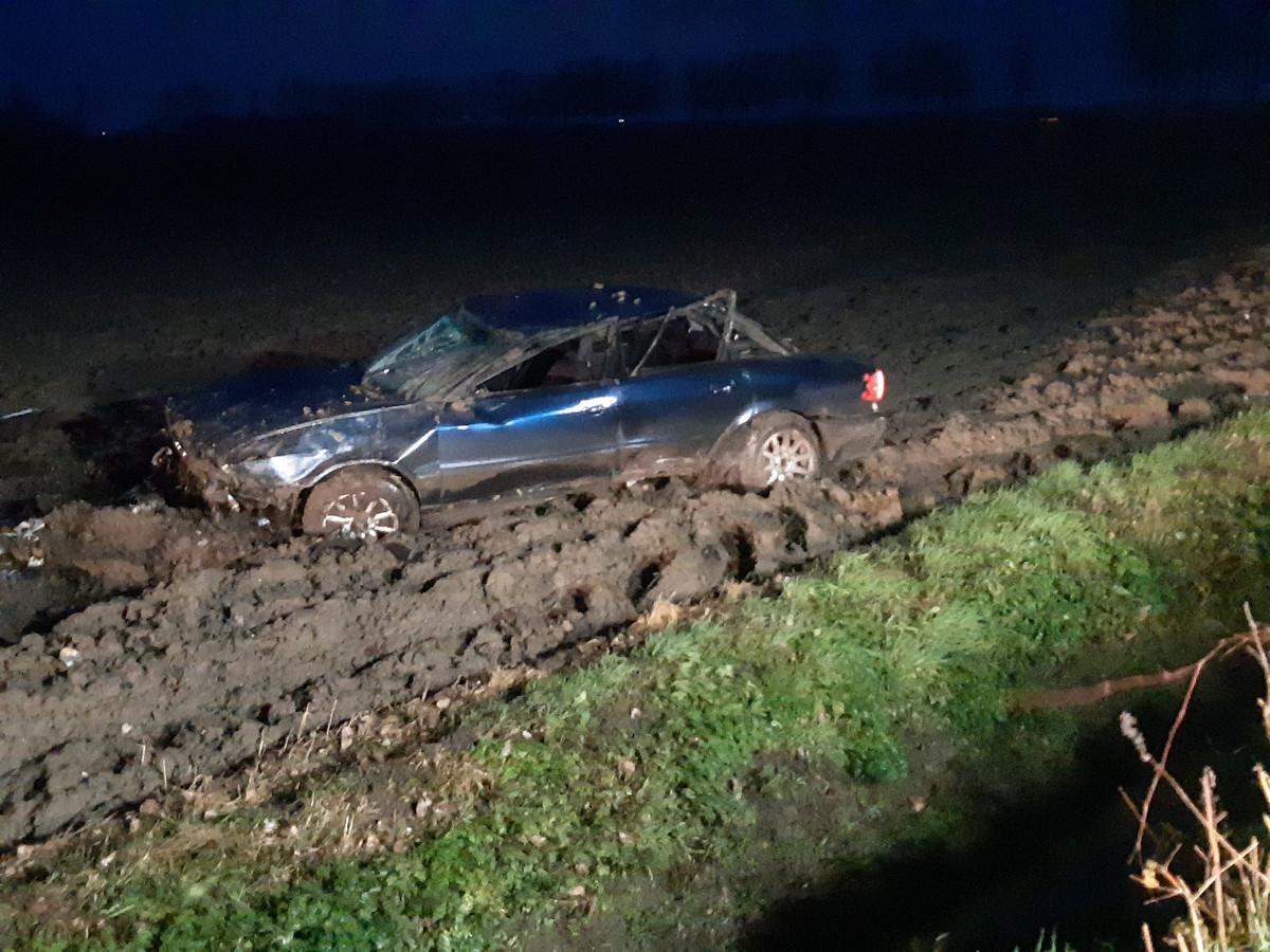 De auto kwam zwaar beschadigd in een akker tot stilstand.