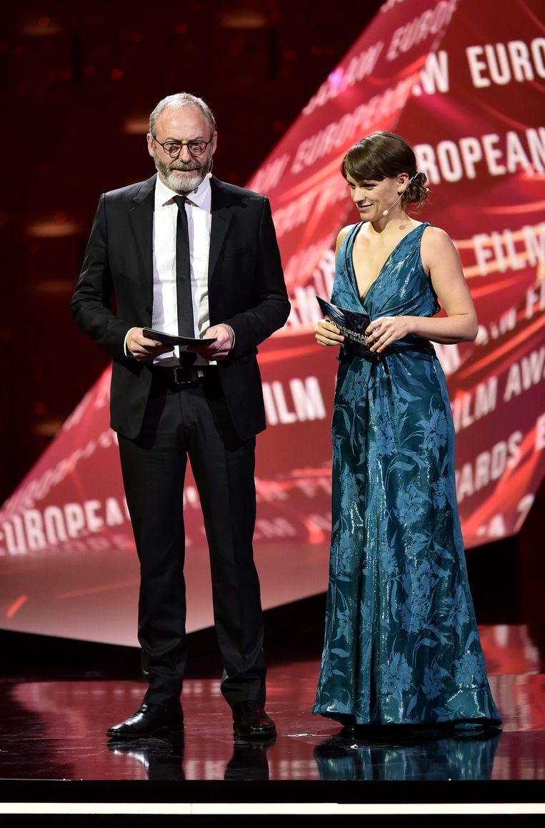 Veerle Baetens mocht samen met de Ierse acteur Liam Cunningham de prijs voor beste acteur uitreiken. Beeld EPA