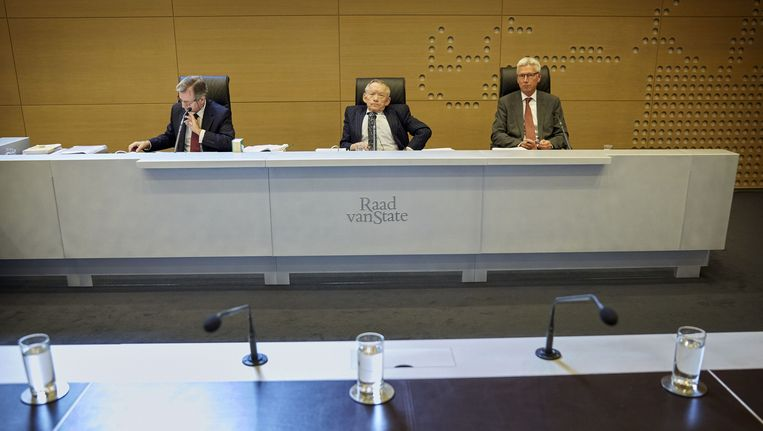 Staatsraad Ton Bijloos, voorzitter Dick Slump en staatsraad Kees Borman voorafgaand aan de rechtszitting over een beroep tegen het besluit van de Kiesraad om een referendum te houden over de Associatieovereenkomst met Oekraïne. Beeld anp