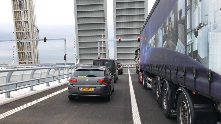 Gisterenochtend gingen de ophaalbruggen voor een eerste keer open tijdens de ochtendspits, waardoor er file ontstond.