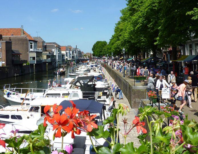 Een impressie van een eerdere editie van de Open Havendag in Gorinchem: struinen langs kramen op de kade van de Lingehaven.