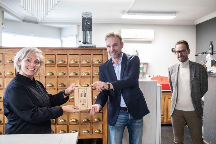 Diane Pacholski mocht het 'Handmade in Belgium'-label in ontvangst nemen van Steve Jacobs en Bart Lodewyckx van Unizo Limburg.