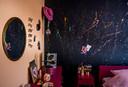 Verfspetters op de zwart geverfde muur.