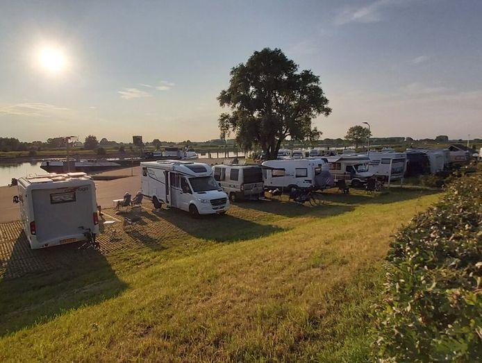 De camperplaatsen bij de Loswal in Wijhe.