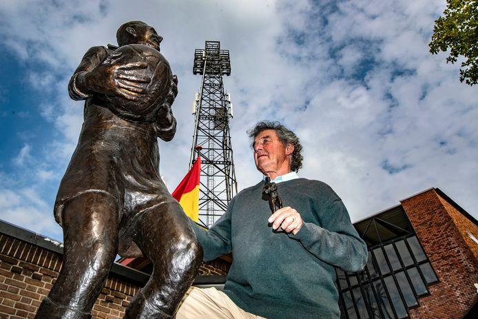 Deventer beeldhouwer Karoly Szekeres bekijkt zijn eigen werk: het standbeeld van Leo Halle.