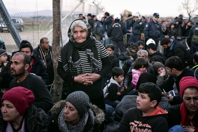 Migranten en vluchtelingen aan de Grieks-Macedonische grens. Beeld AFP
