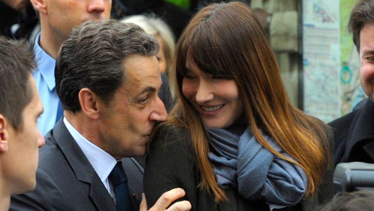 President Nicolas Sarkozy en zijn vrouw Carla Bruni-Sarkozy arriveren bij een stembureau in Parijs Beeld REUTERS