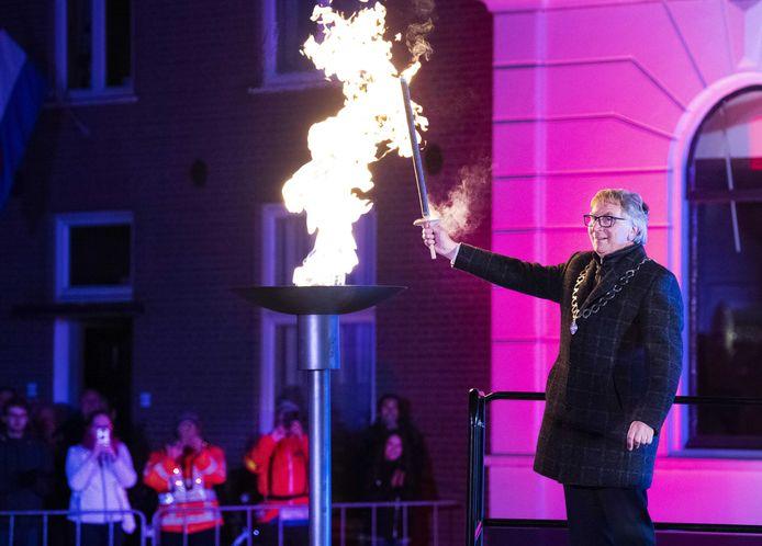 Burgemeester van Wageningen Geert van Rumund ontsteekt het bevrijdingsvuur in 2019.
