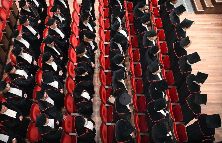 De hoogleraren van de Radboud Universiteit in Nijmegen bij de opening van het academisch jaar in 2018. Om hoogleraar te worden, tellen publicaties nog zwaar mee.  De vraag is nu, of dat anders moet. Beeld Marcel van den Bergh / de Volkskrant