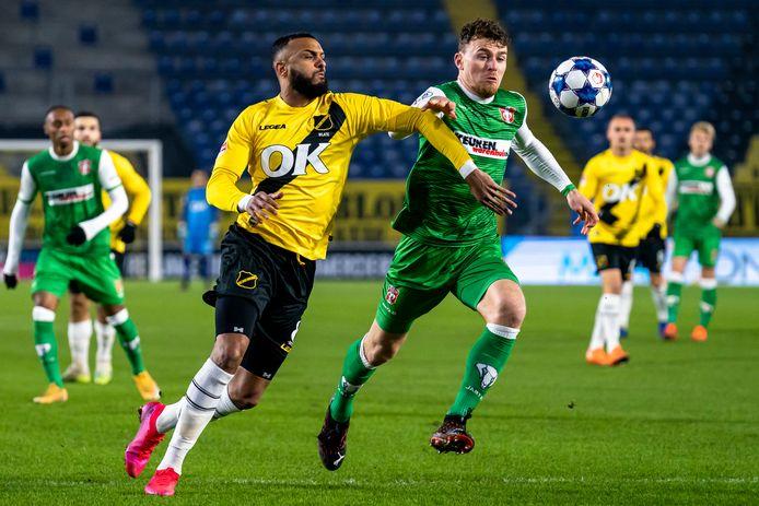 Mario Bilate in gevecht om de bal met Julius Bliek van FC Dordrecht.