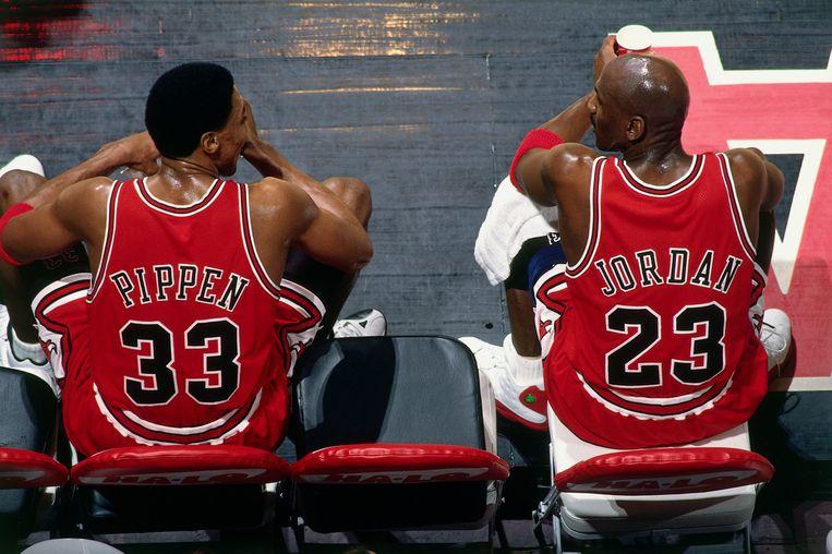 Scottie Pippen (33) en Michael Jordan (23). Beeld