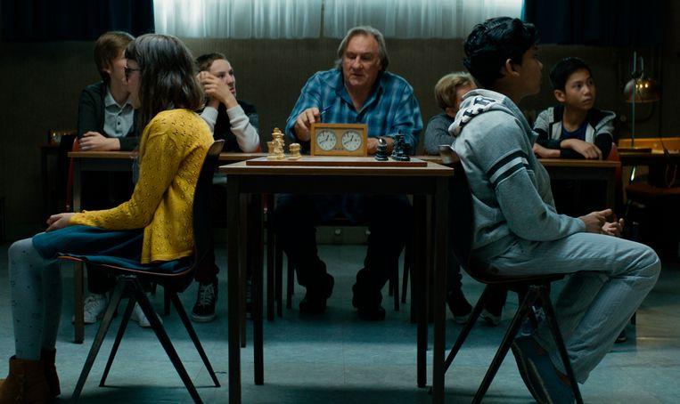 Gerard Depardieu als schaakleraar, met Fahim (rechts voor) als zijn meest talentvolle leeerling tijdens een potje blind schaken. Beeld