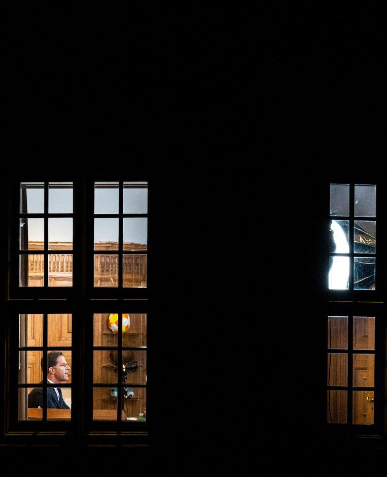 Premier Mark Rutte tijdens zijn toespraak over de nieuwe coronamaatregelen in het Torentje.  Beeld Freek van den Bergh / de Volkskrant