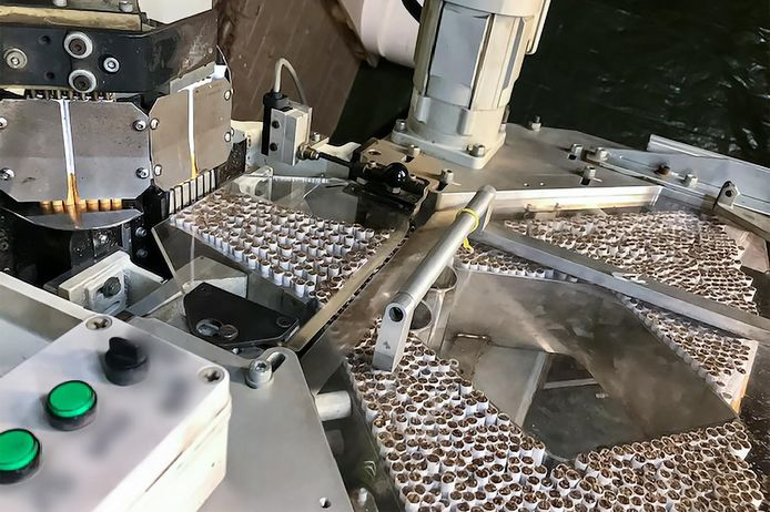 Een machine in een recent opgerolde fabriek voor illegale sigaretten. In het internationale onderzoek werden in Nederland en Polen in totaal dertig verdachten opgepakt.