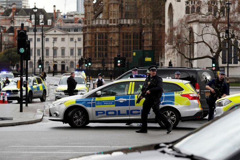 Politie aan het Britse parlementsgebouw. Beeld REUTERS