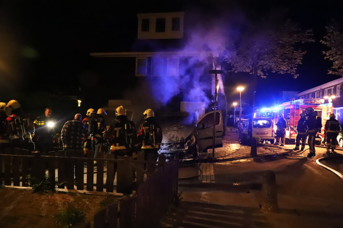 Voor de derde nacht op rij brandden auto's in de Goudse wijk Korte Akkeren helemaal uit.