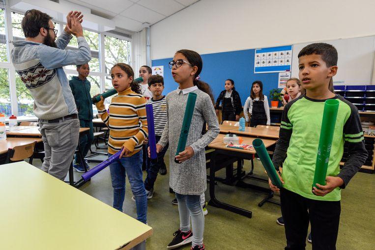 'Op school zijn de leraren verdwenen, in hun plaats zijn 'leerkrachten' gekomen, die dwingen meer respect af', schrijft Anthierens. Beeld Peter Hilz