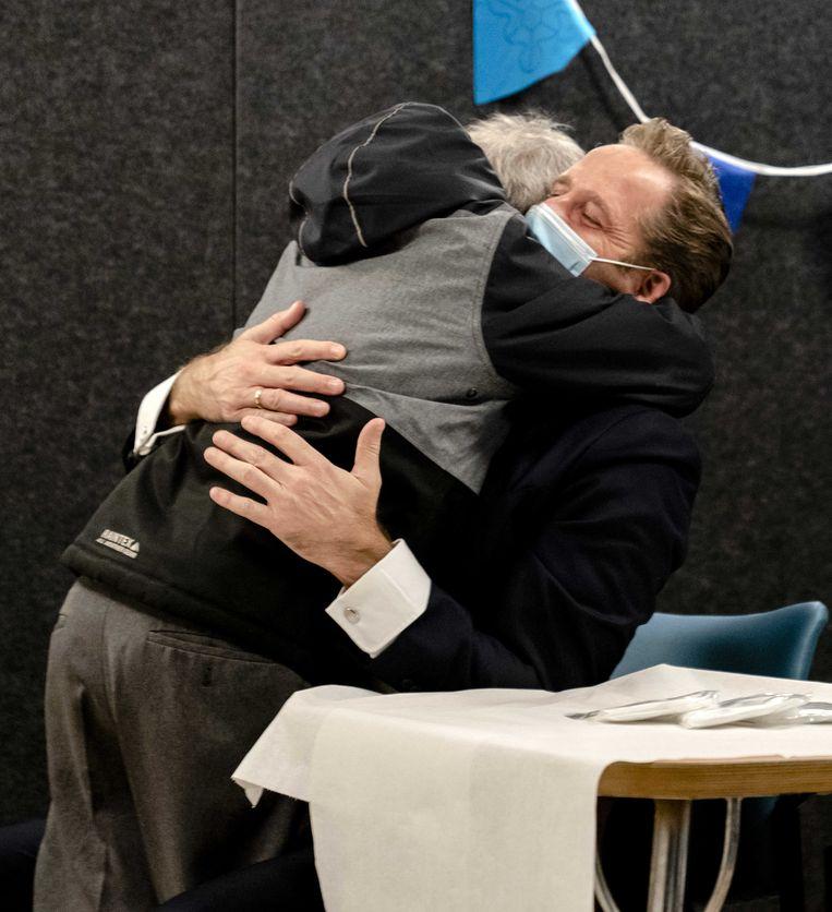 Demissionair minister Hugo de Jonge (Volksgezondheid, Welzijn en Sport) krijgt spontaan een knuffel van een van de bewoners, tijdens zijn bezoek aan een zorginstelling.  Beeld ANP