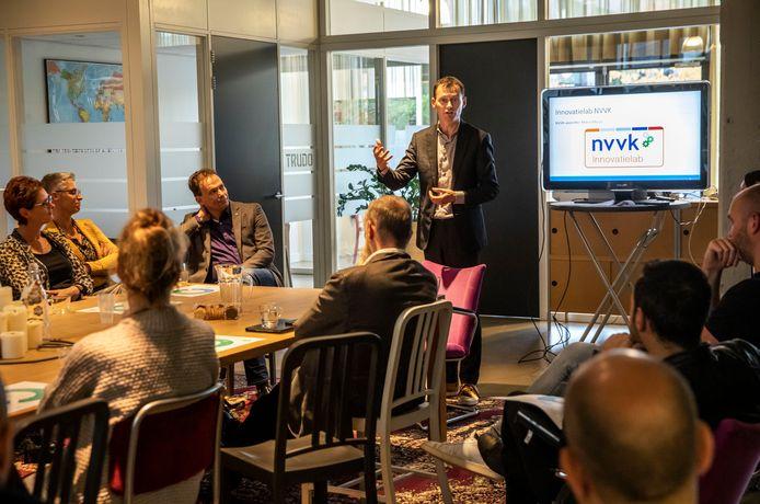 NVVK-voorzitter Marco Florijn tijdens de tussenevaluatie van 'Werk je schuld weg' in de Eindhovense Lichttoren.