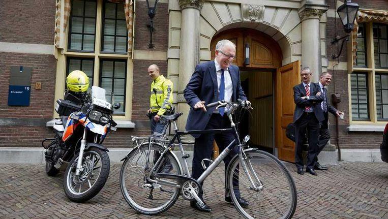 Minister Frans Timmermans van Buitenlandse Zaken pakt de fiets op het Binnenhof na afloop van de ministerraad. Beeld anp