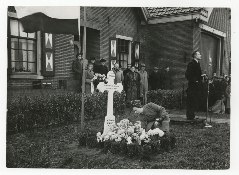 Onthulling van het eerste herdenkingskruis voor boerderij Vredelust op de Haarlemmerweg op 15 december 1947. De boerderij moest enkele jaren later plaats maken voor de nieuwbouw van de wijk Slotermeer.