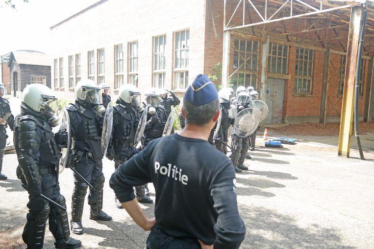 De agenten in volledige uitrusting.
