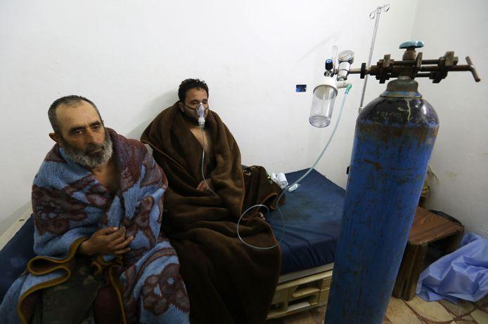 Slachtoffers met ademhalingsproblemen na de aanval met chemische wapens in Saraqib in 2018.