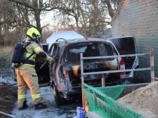 Eigenaren schrikken: vlammen slaan plotseling uit hun geparkeerde auto  in Angeren