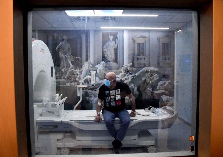 Een man wacht op het ondergaan van een MRI-scan.  Beeld AFP